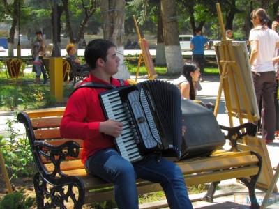 Мурат Плиев играет на выставке картин